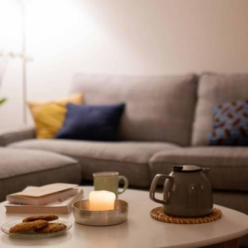 Un intérieur Cocon et Ressourçant par Etymodeco, Décoratrice d'intérieur et Expert Feng Shui à Saint Louis et Mulhouse : un thé convivial dans le canapé