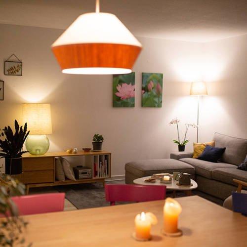 Un intérieur Cocon et Ressourçant par Etymodeco, Décoratrice d'intérieur et Expert Feng Shui à Saint Louis et Mulhouse : vue du salon avec l'éclairage