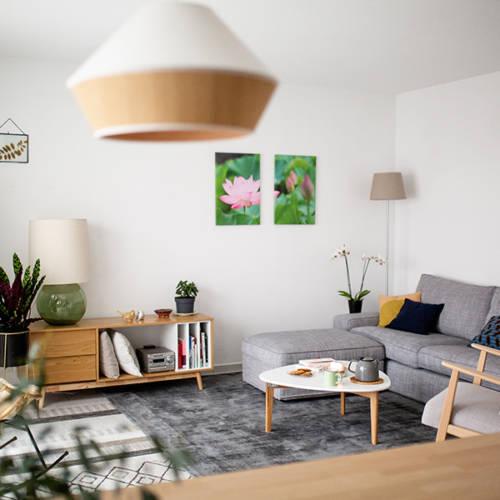 Un intérieur Cocon et Ressourçant par Etymodeco, Décoratrice d'intérieur et Expert Feng Shui à Saint Louis et Mulhouse : le salon vu de la salle à manger